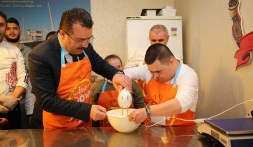 Başkan Taşçı Melek Yüzlülerle pasta yaptı