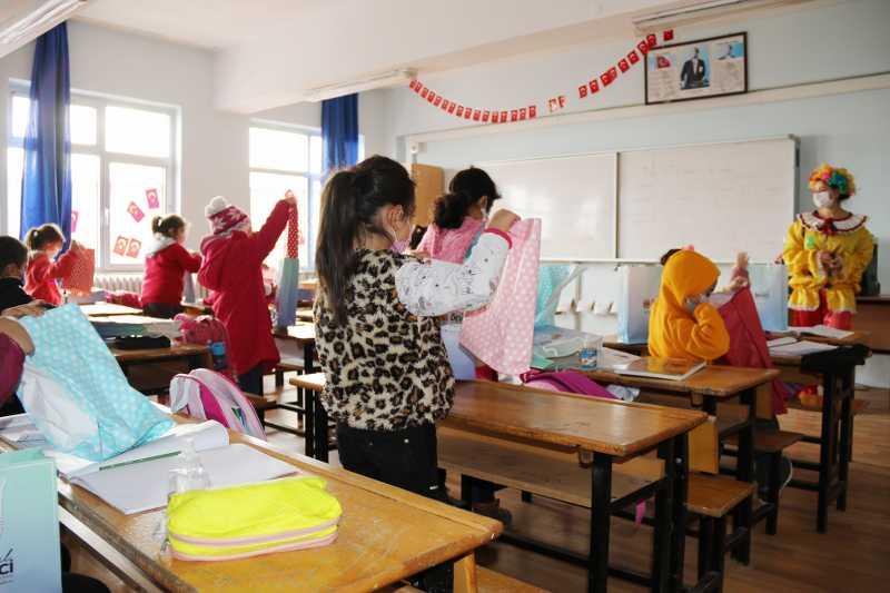 Atakum Belediyesi'nden yüzlerce minik öğrenciye hediye